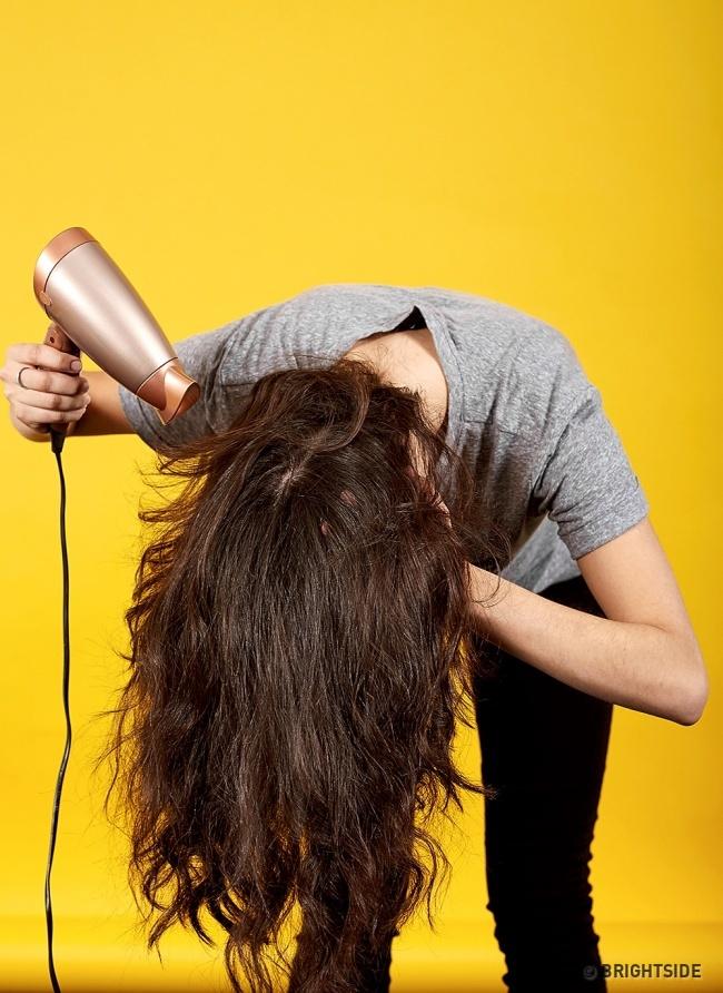 Cúi đầu về phía trước rồi sấy tóc từ gáy lên đỉnh đầu giúp tăng độ phồng cho tóc.
