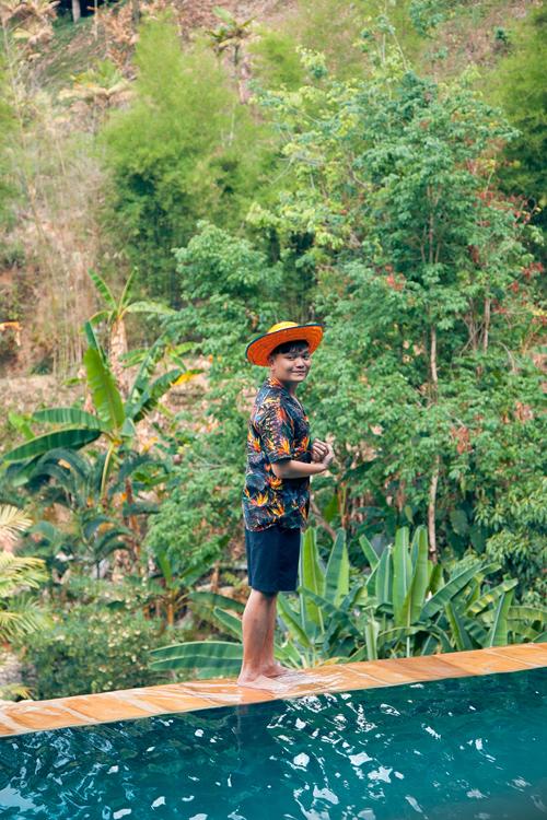 Stylist, diễn viên Trịnh Tú Trung đã chọn Pavinman Resort, Spa để làm điểm nghỉ ngơi của mình. Nơi đây trong tiếng Thái có nghĩa là cổng thiên đường với quan cảnh cực kì lãng mạn và hùng vĩ, bốn bề là núi cao và ngập tràn rừng xanh, bạn sẽ có cảm giác như mình đang chạm mây ở tận trên thiên đàng.