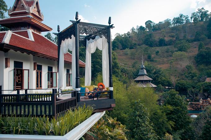 Từ Việt Nam chưa có đường bay thẳng đến Chiang Mai nên bạn phải quá cảnh ở Bangkok và chọn một hãng hàng không giá rẻ để có thể bay tiếp đến Chiang Mai. Các bạn có thể chọn nghỉ đêm tại Bangkok trước hoặc chờ ở sân bay để bay luôn đến Chiang Mai với lịch bay dày đặt từ rất nhiều hãng hàng không khác nhau với giá dao động từ 20usd đến 80usd tuỳ thời gian từng chuyến. Sau gần 2h đồng hồ bay từ Bangkok, chúng ta sẽ có mặt tại thành phố Chiang Mai.