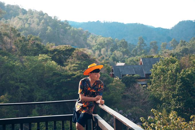 Nhân dịp đến Chiang Mai, chàng stylist diễn viên Trịnh Tú Trung đã tranh thủ du ngoạn thành phố du lịch nổi tiếng của Thái Lan - Chiang Mai.  Là trung tâm du lịch ở miền Bắc Thái Lan, Chiang Mai sở hữu khung cảnh thiên nhiên yên bình với nhiều ngôi đền cổ kính. Thành phố thu hút du khách bởi vẻ đẹp cổ kính và yên bình.