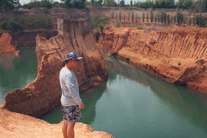 Một địa điểm được người Thái Lan cũng như khách du lịch quốc tế quan tâm ở Chiang Mai chính là Grand Canyon Chiang Mai. Đây là các hồ nước thiên nhiên và nhân tạo, nó xuất hiện khi con người khai thác đất đá ở khu vực núi cao, qua bao năm thành hình thành những hồ nước nhân tạo đẹp mắt và hoành tráng, chúng ta có thể mua vé tham quan cũng như được trầm mình trong những hồ nước mắt và xanh ngắt đầy khiêu khích này.