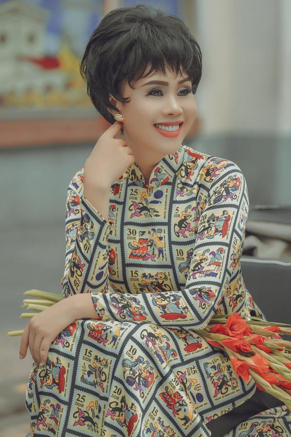 hang-nguyen-dien-ao-dai-hoa-than-nguoi-dep-thap-nien-50-4