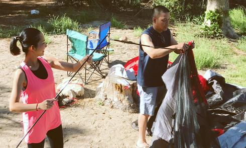 Vợ chồng Kim Hiền đưa hai con đi cắm trại vào dịp cuối tuần