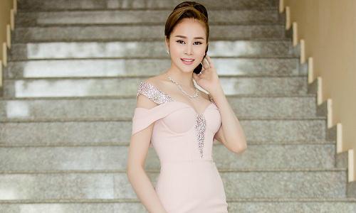 Hoa hậu điện ảnh Sella Trương quyến rũ khi ngồi ghế nóng