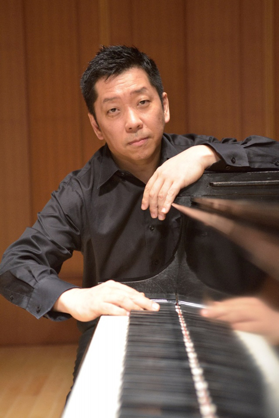 Nghệ sĩ piano Akira Eguchi.
