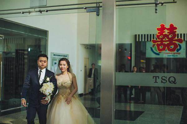 Cô dâu Hồng Trang xuất hiện rạng rỡ trong bộ soiree màu be điểm ren ánh kim của nhà thiết kế Lek Chi. Chuyên gia trang điểm Dũng Nguyễn chọn cho cô dâu phong cách make up căng mọng, tràn đầy sức sống.