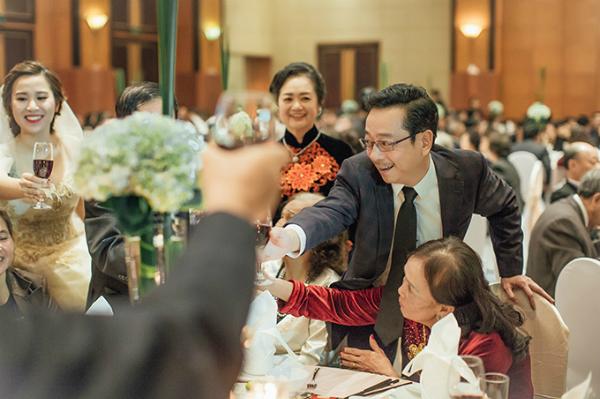 Người phán xử là bộ phim truyền hình gây sóng gió trên mạng xã hội Việt Nam với những tình tiết nhanh, mạnh, không kém phim hành động nước ngoài. Trong dàn diễn viên tham gia phim, NSND Hoàng Dũng trong vai ông trùm Phan Quân được khán giả yêu mến hơn cả. Đây là vai diễn đánh dấu sự trở lại của ông sau nhiều năm đảm nhiệm vị trí Giám đốc Nhà hát kịch Hà Nội. Đầu tháng 2/2017, nam diễn viên gạo cội tổ chức đám cưới cho con trai. Dù có sự góp mặt của nhiều nghệ sĩ nổi tiếng nhưng đến giờ hình ảnh trong đám cưới mới được công bố.