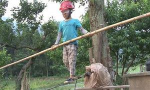 Bố cho con trai bịt mắt, đi trên dây để luyện sự tự tin