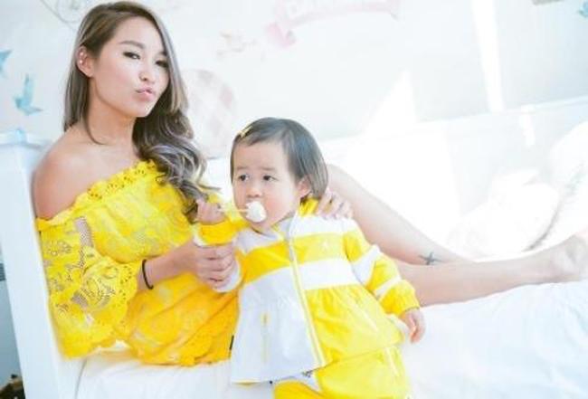 Trần Tuệ Linh cùng con gái Damiana trong bữa tiệc hôm 30/5.