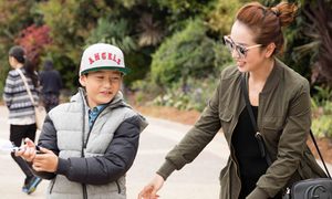 Jennifer Phạm đưa Bảo Nam đi chơi công viên trước khi về nước