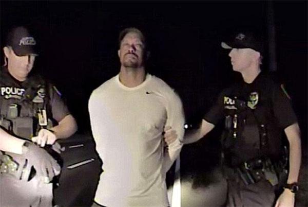 Tiger Woods mắt nhắm nghiền, không tỉnh táo khi bị cảnh sát chặn xe kiểm tra.