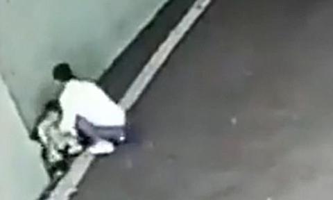 Bà mẹ Trung Quốc vứt bỏ con ở bãi đậu xe