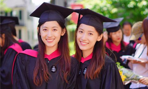 Chị em sinh đôi được mến mộ vì vừa xinh đẹp vừa học giỏi