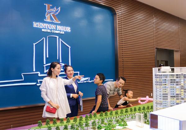 Vợ chồng Hoàng Bách rất thích thú với không gian ở đây nên muốn tìm hiểu về dự án Kenton Node Hotel Complex của chủ đầu tư Tài Nguyên
