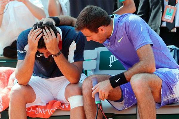 Del Potro (phải) vỗ về, khuyên nhủ Almagro khi đối thủ phải bỏ cuộc vì chấn thương.