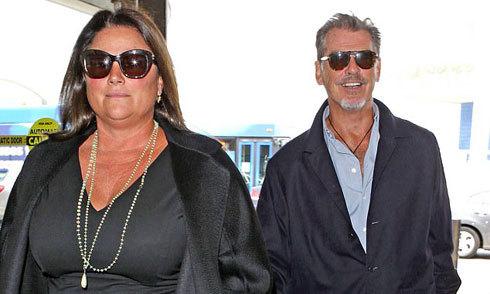 Vợ chồng 'Điệp viên 007' Pierce Brosnan hạnh phúc lên đường tới Hawaii nghỉ dưỡng