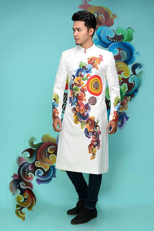 Xu hướng chọn áo dài cưới cho các tân lang đang ngày càng phổ biến, nhất là trong các nghi thức gia tiên truyền thống. Áo cho các chàng thường có phom dáng đơn giản, cách tân bằng kiểu vạt ngắn, để thoải mái trong việc di chuyển.