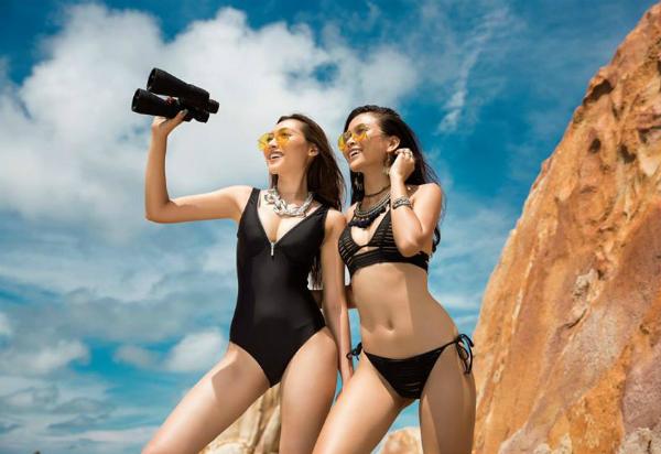 Thần thái phóng khoáng và cá tính của 2 cô nàngkhi khoác lên người bộ biniki nóng bỏng thể hiện đúng phong cách Let the sea get you free của BST.