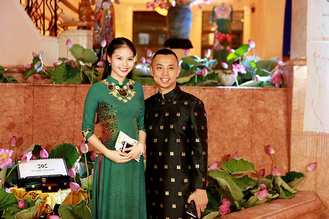 chi-anh-dien-ao-dat-vang-6000-usd-lan-dau-di-su-kien-cung-vo-tre