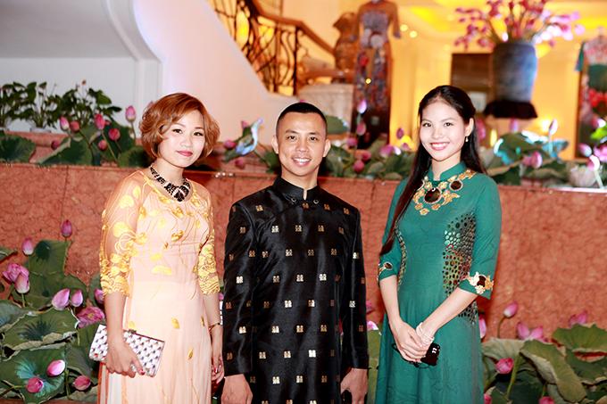 chi-anh-dien-ao-dat-vang-6000-usd-lan-dau-di-su-kien-cung-vo-tre-4
