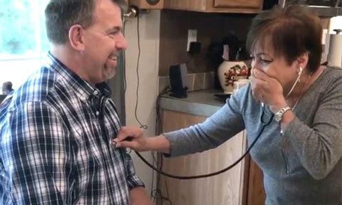Người mẹ bật khóc khi nghe nhịp tim của con trai đã mất trong cơ thể người khác