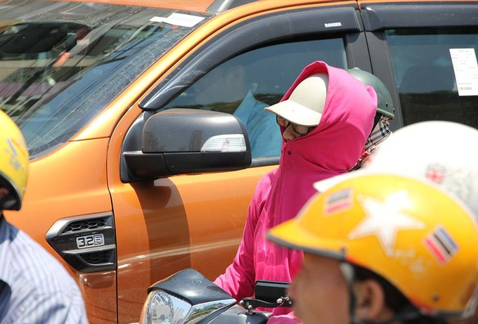 Ôtô mặc \'áo khoác\', người dân chui gầm cầu để tránh nóng