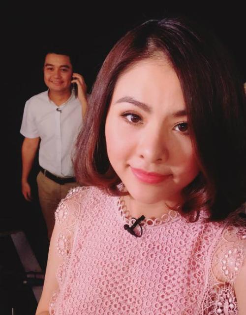 Vân Trang hạnh phúc khoe ông xã đưa đi làm. Nữ diễn viên chia sẻ: Phải chi ngày nào cũng dụ được anh chồng đi quay cùng để mượn cái hông chợp mắt đỡ.