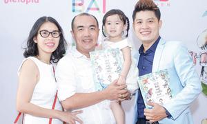 Gia đình Quốc Thuận đến mừng Nguyễn Văn Chung ra sách nhạc thiếu nhi