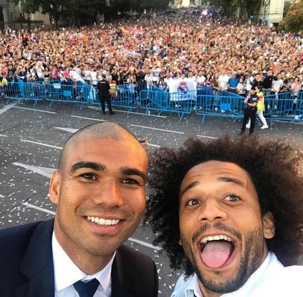 Tiền vệ Brazil và đàn anh đồng hương kiêm thợ cắt tóc Marcelo.