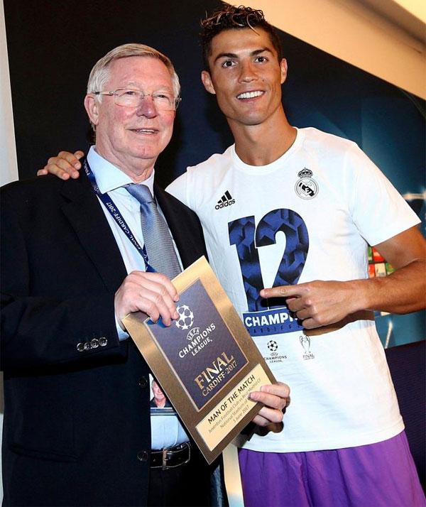 Trong buổi họp báo sau trận chung kết, tiền đạo điển trai nhận danh hiệu Cầu thủ hay nhất trận từ người thầy cũ Sir Alex