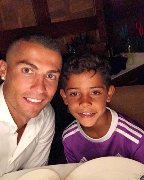 C. Ronaldo đăng ảnh khoe tóc mới bên con trai một ngày sau khi vô địch Champions League