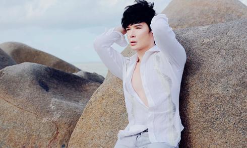 Nathan Lee 'chất lừ' khi diện đồ hiệu dạo biển