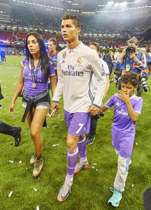 Khi tiếng còi kết thúc trận chung kết Champions League với Juve vang lên, các sao Real vỡ òa trong niềm vui sướng bảo vệ thành công ngôi vô địch.