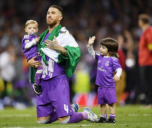 Hai nhóc nhà Sergio Ramos ngơ ngác đáng yêu.