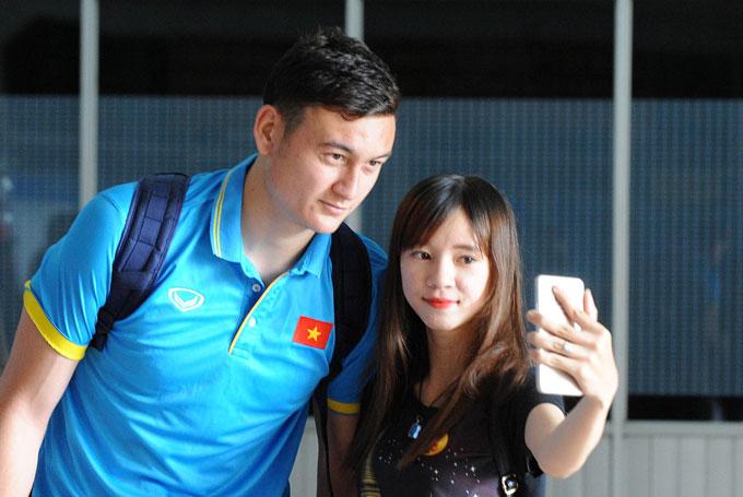 Thủ môn Việt kiều Đặng Văn Lâm bảnh trai cùng fan nữ.