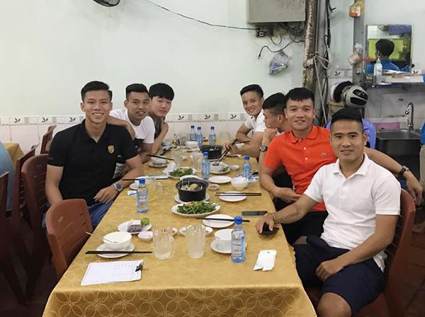 cong-phuong-va-dong-doi-tu-tap-an-uong-trong-ngay-dau-hoi-quan-tuyen-viet-nam