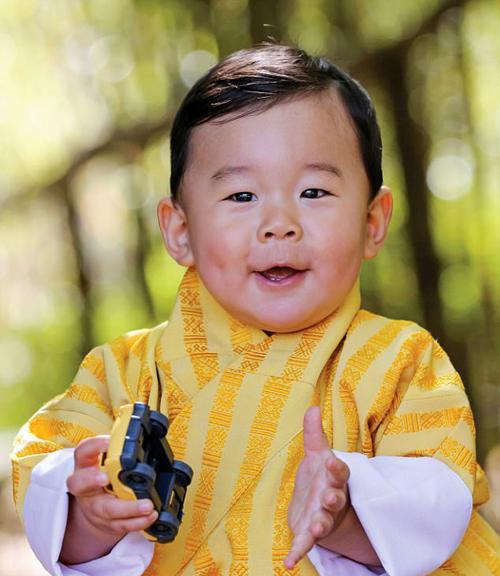 hoang-hau-bhutan-choi-dua-cung-hoang-tu-nho-2