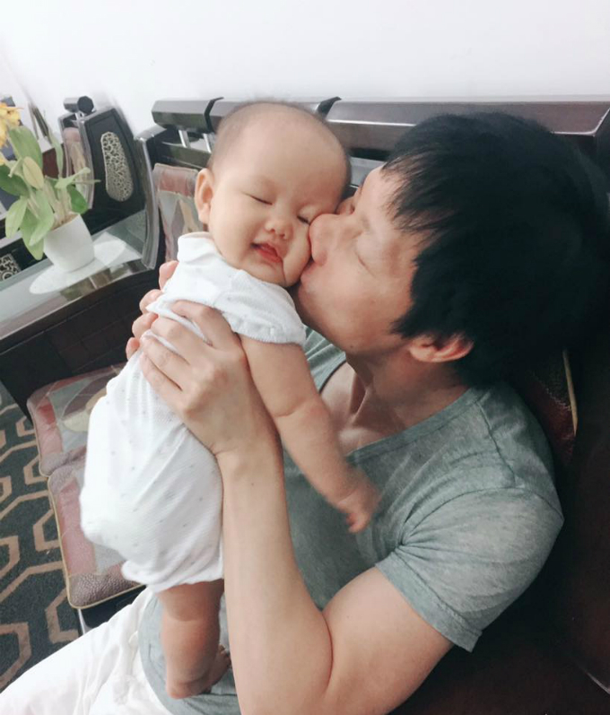 Con gái Phan Như Thảo mắt mơ màng khi được ba thơm má.