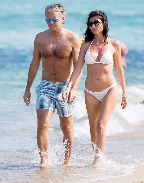 HLV Mancini và bạn gái thong thả đi dạo ở St Tropez.