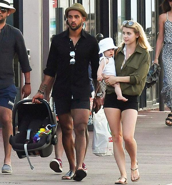 Vợ chồng Walcott đưa bé Arlo, 7 tháng tuổi, đi dạo phố tại Pháp.