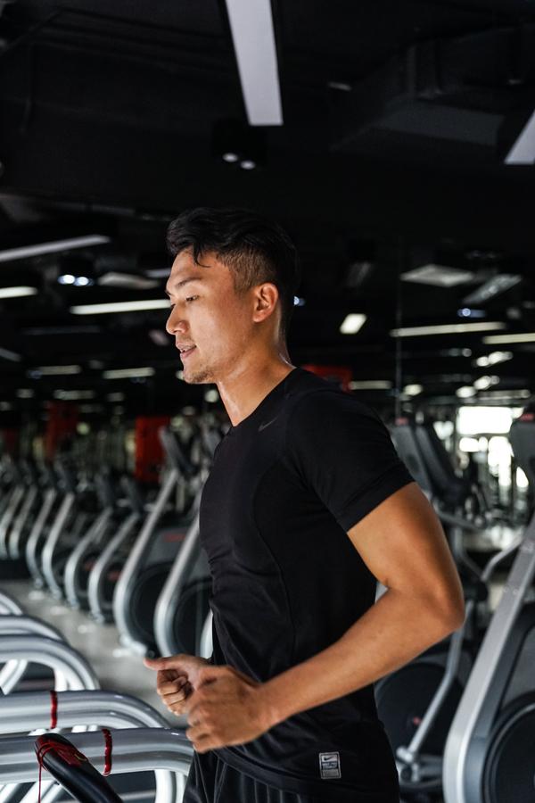 xuan-phuc-coi-tran-khoe-body-trong-phong-gym