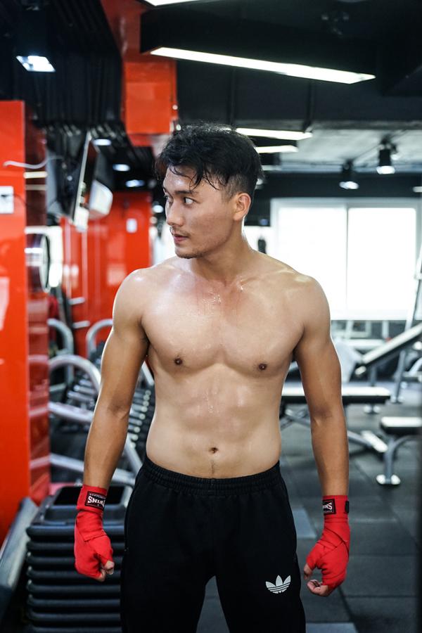 xuan-phuc-coi-tran-khoe-body-trong-phong-gym-11