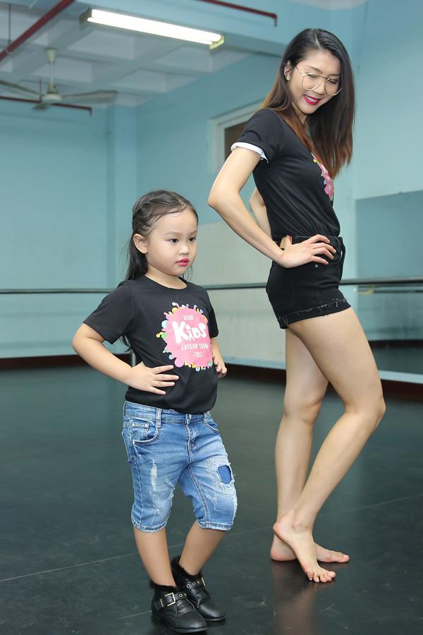 Ngọc Quyên ăn mặc giản dị với áo thun và short jean, cô nhiệt tình hướng dẫn các nhóc tỳ cách tạo dáng và thể hiện sự tự tin trong từng bước đi.
