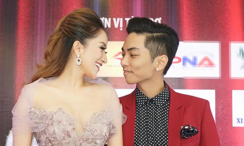 Vợ chồng Khánh Thi trao nhau ánh mắt tình tứ