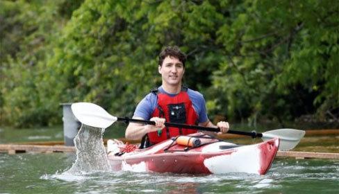 Thủ tướng Canada chèo kayak tới nói chuyện với người dân