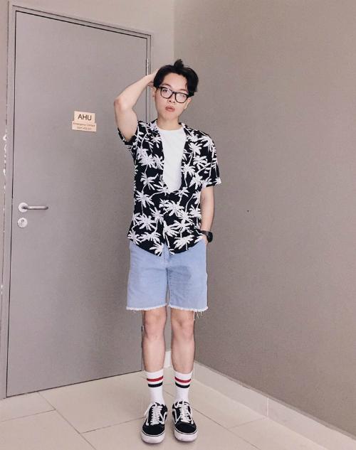 Bên cạnh đó, nam ca sĩ còn liên tục cập nhật xu hướng thời trang mới, thay đổi gout ăn mặc. Trên facebook cá nhân, anh chàng lột xác qua những hình ảnh ngày ấy - bây giờ.