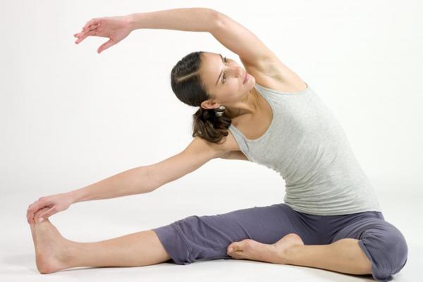 Kéo giãn cơ thể Chẳng cần bước xuống giường bạn vẫn có thể tập vài động tác kéo giãn giúp đánh thức cơ thể, đồng thời, tiêu đốt năng lượng.