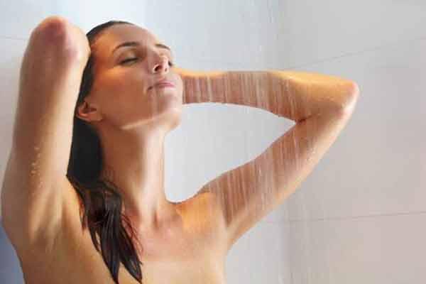 Tắm nước mát Tắm nước mát giúp tăng cường lưu thông máu, bổ sung độ ẩm đã mất cho da.