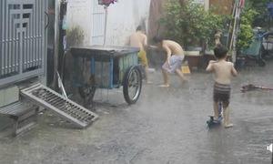 Ký ức tuổi thơ trở lại với trò tắm mưa