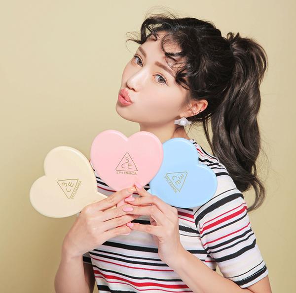 Gương hình trái tim với 3 màu pastel xinh xắn.